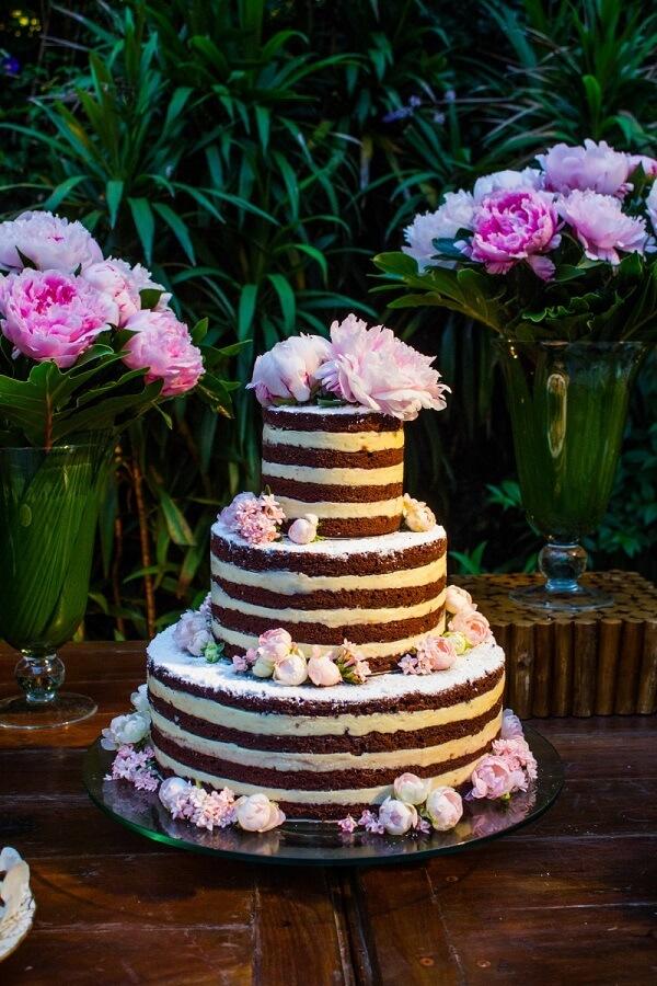 A flor de Peônia decora várias camadas do bolo
