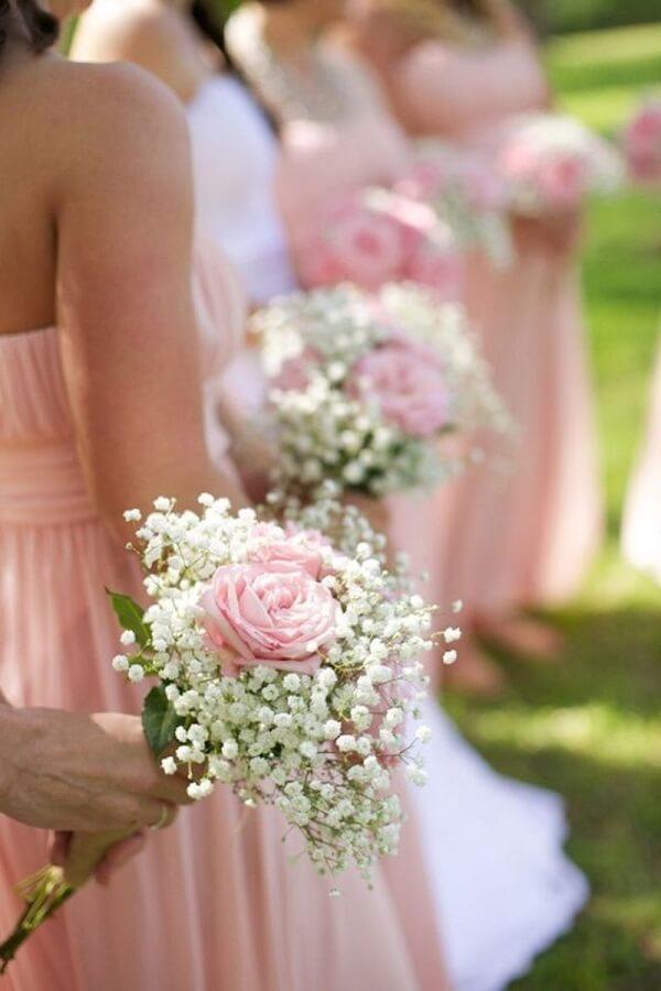 A flor mosquitinho e a flor de Peônia formam um lindo arranjo