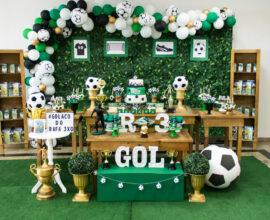 A grama sintética no chão e os móveis em madeira trazem estilo para festa de aniversário tema futebol