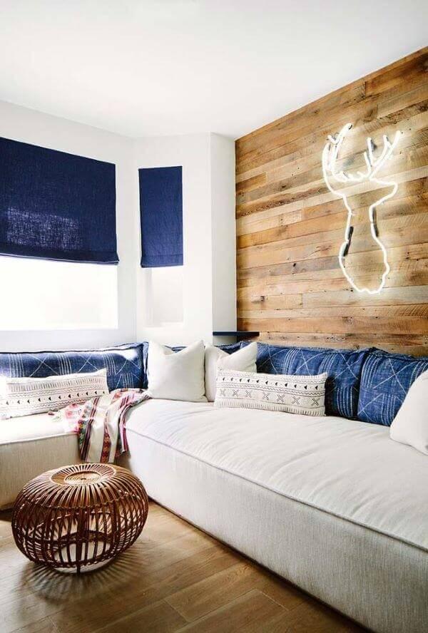 A persiana romana azul se conecta com o acabamento do sofá