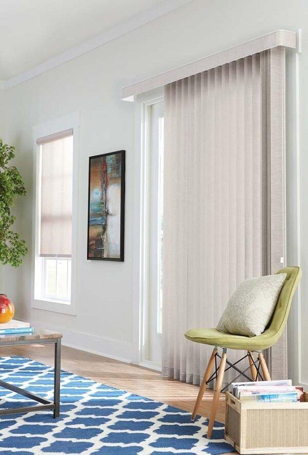A persiana vertical com bandô confere elegância ao ambiente