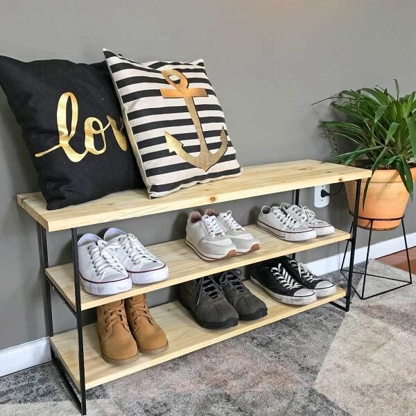 A sapateira de madeira se conecta facilmente com diferentes estilos de decoração