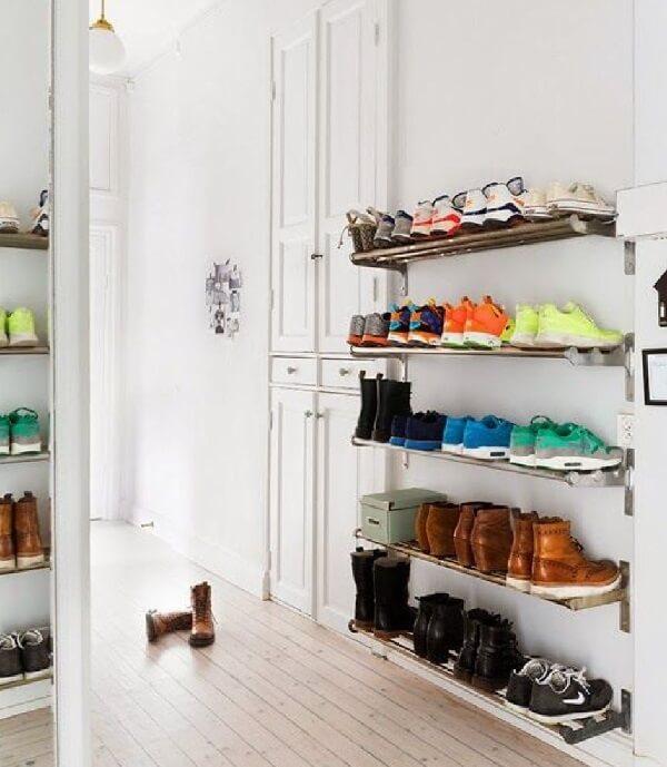 A sapateira de parede é uma ótima alternativa para organizar sapatos em espaços pequenos