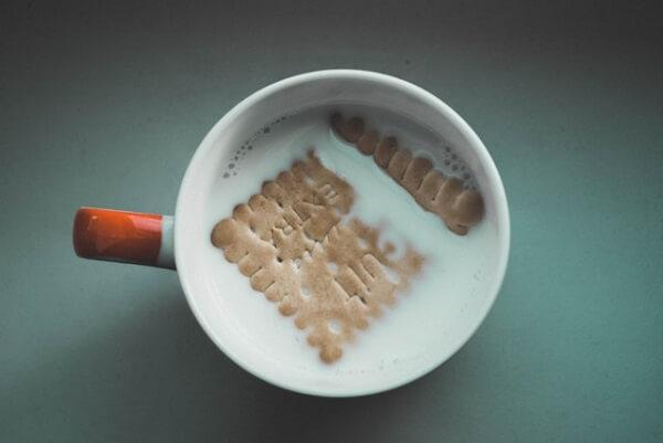 Ao fazer o pavê de chocolate evite deixar a bolacha maisena mergulhada no leite por muito tempo
