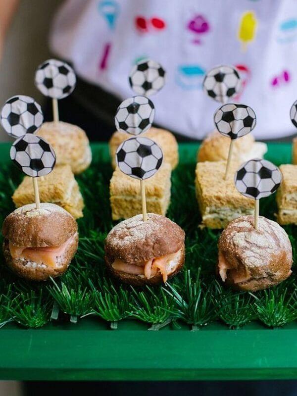 Aperitivos criativos para festa tema futebol simples