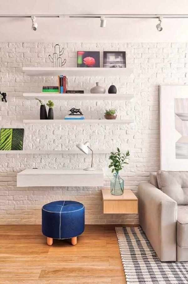 Aproveite o espaço embaixo da escrivaninha suspensa para encaixar puff, bancos e cadeiras