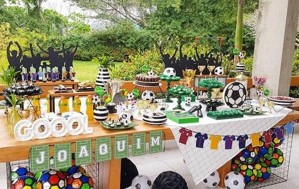 Aproveite o quintal da casa para montar sua festa tema futebol simples