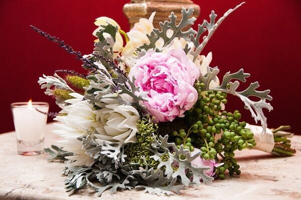 Arranjo de mesa sofisticado feito com flores de Peônia