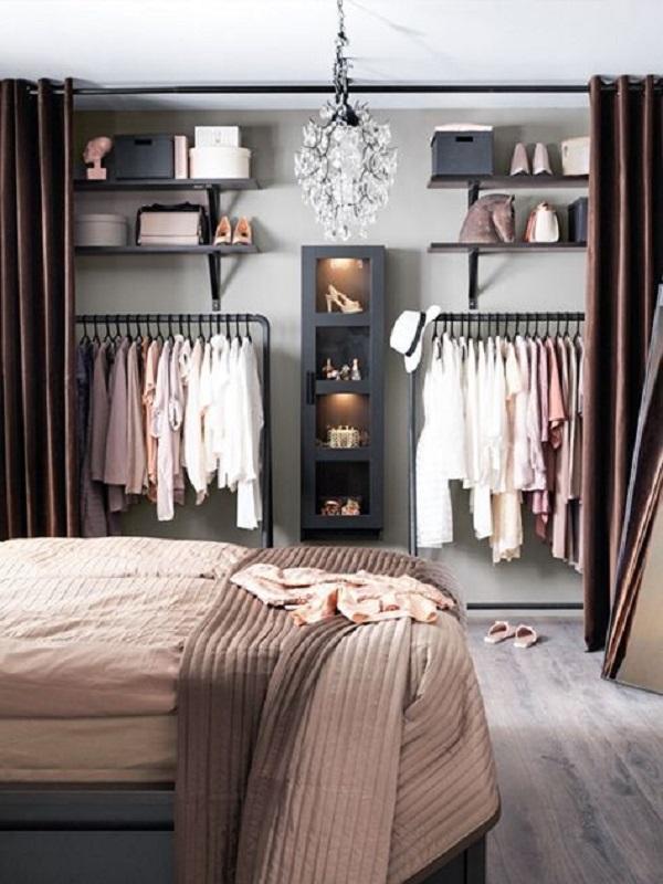 As cortinas na estrutura do closet trazem charme e sofisticação