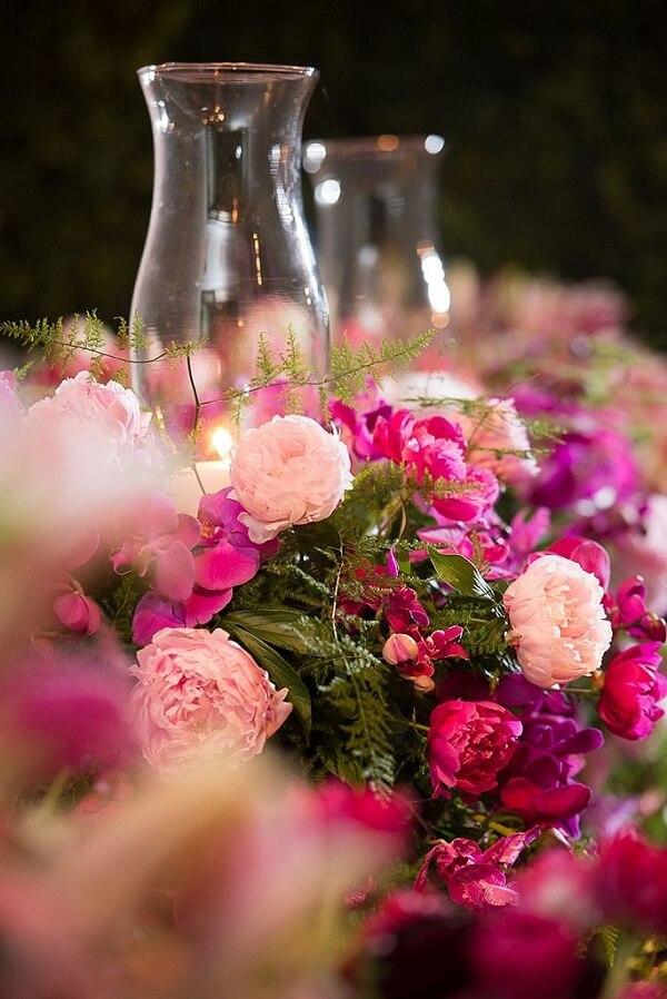 As velas em vidro e as flores de Peônia podem compor um lindo arranjo de mesa