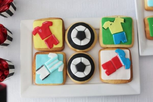 Decorated cookies are ideas for football theme party