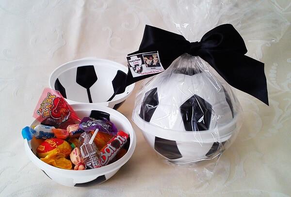 Bola recheada de doces para festa tema futebol lembrancinhas