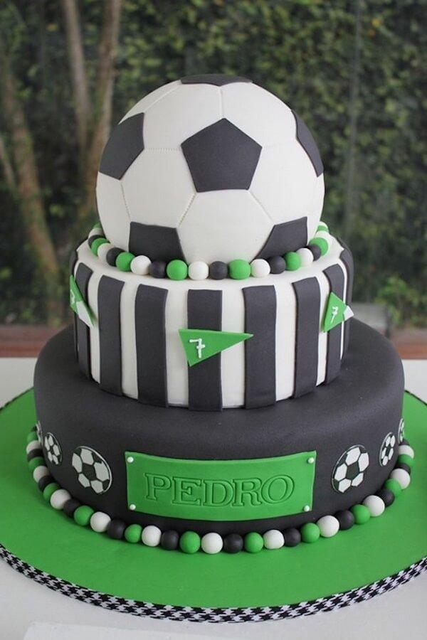 Bolo feito em camadas e personalizado para festa tema futebol