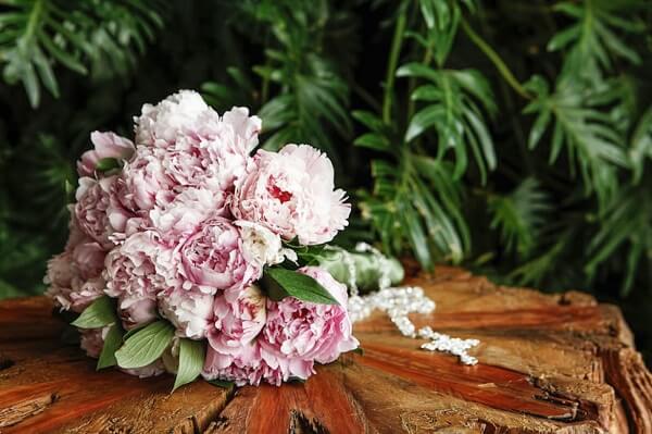 Buquê simples e delicado feito com flores de Peônia rosa