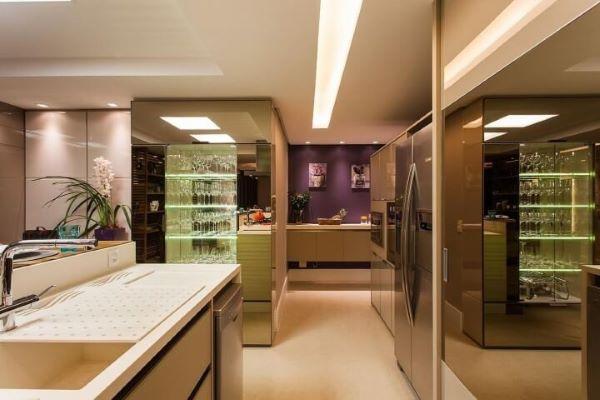 Cozinha com cristaleira de vidro e espelho