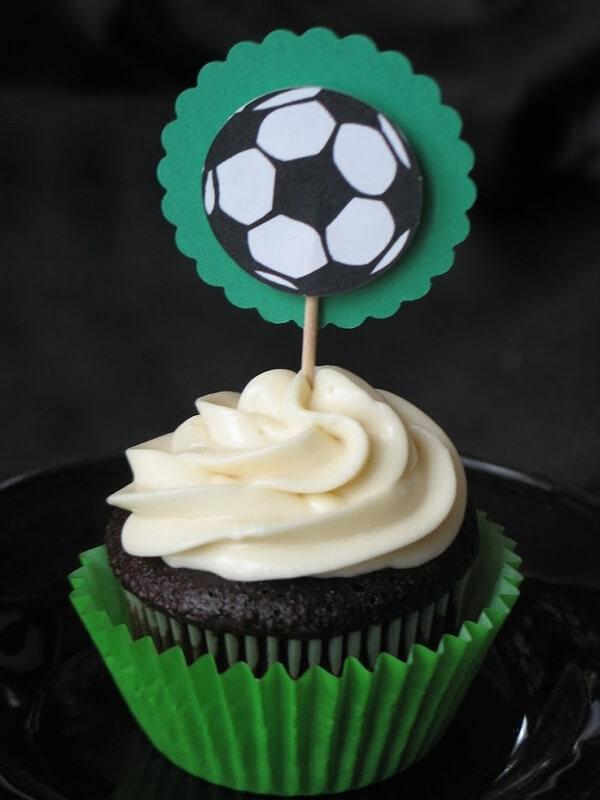 Cupcake com tag personalizada para festa infantil tema futebol