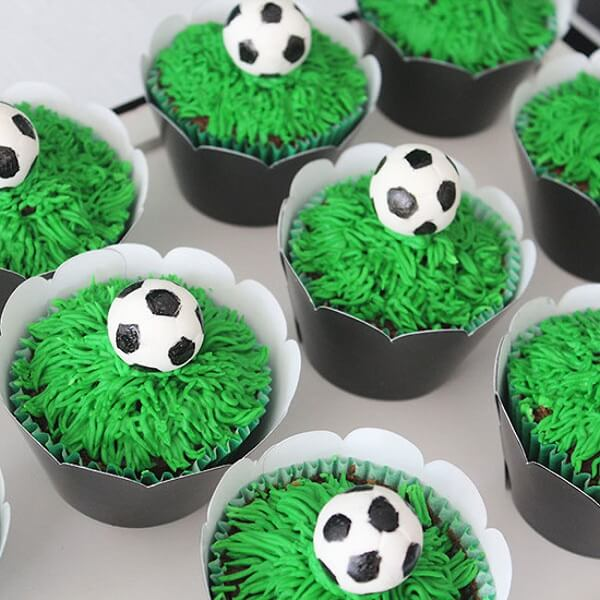 Creative cupcakes for children's soccer-themed party decoration