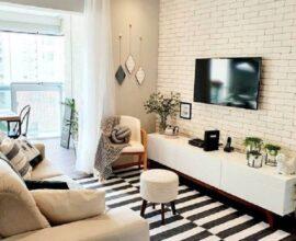 Decoração com tapete listrado e papel de parede para sala de TV com estampa de tijolinho branco Foto Pinterest