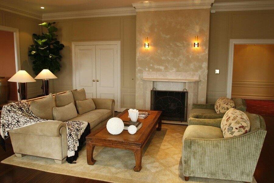 Decoração em tons neutros para sala sofisticada com lareira Foto Revert Realce