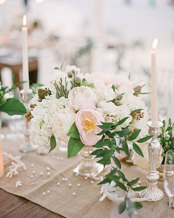 Decore a mesa dos noivos com flores de Peônia branca