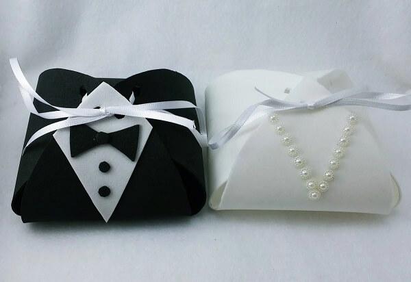 Essa delicada lembrancinha de casamento em eva imita os trajes dos noivos