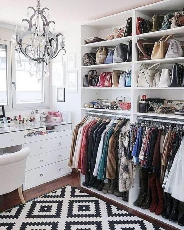 Esse modelo de closet traz versatilidade para a decoração do ambiente