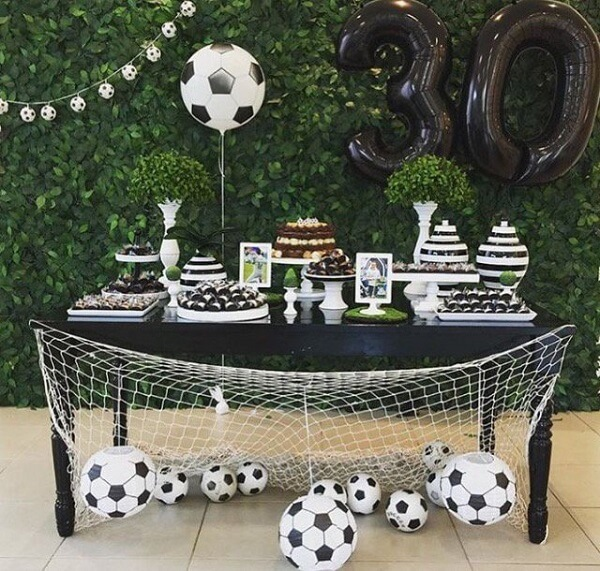 Festa tema futebol ideias com bolas por toda a parte