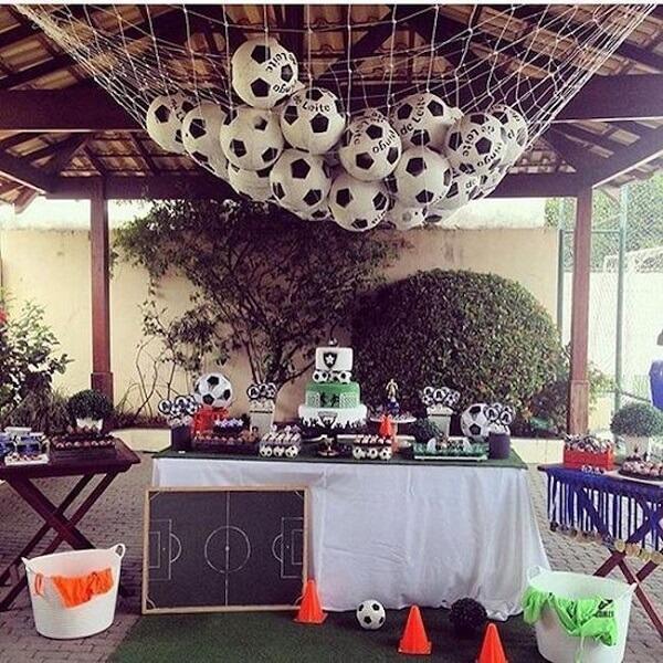 Festa tema futebol simples feita ao ar livre