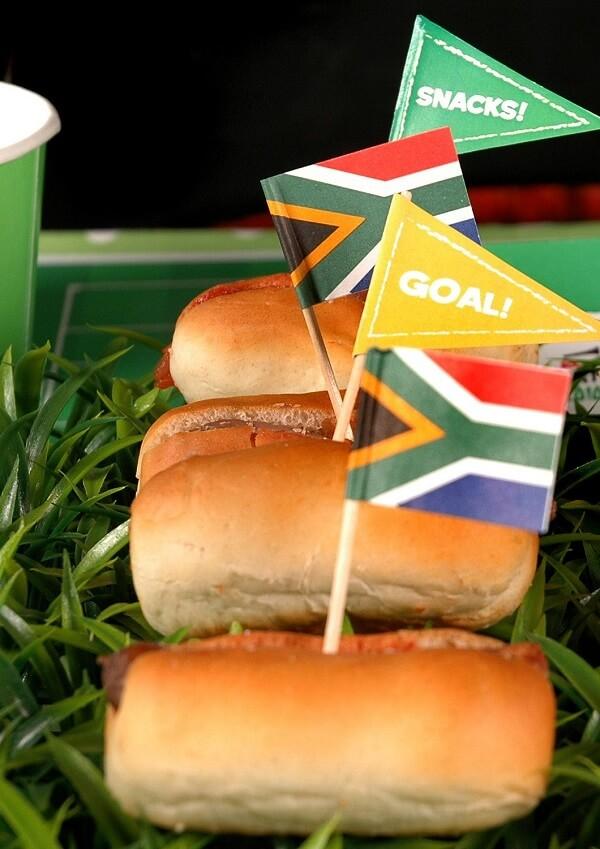 Hot dogs com tags personalizadas para tema de festa futebol