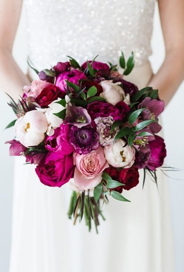 Mescle a Peônia vermelha com outras flores, formando um lindo buquê
