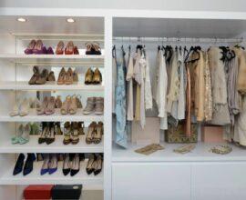 Modelo de closet aberto com iluminação embutida