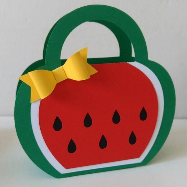 Modelo de lembrancinha em EVA em formato de bolsa acomoda doces