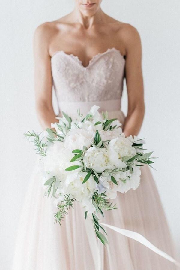 O buquê de peônia brancas faz muito sucesso entre as noivas