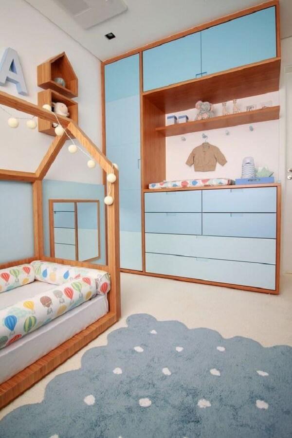 O guarda-roupa infantil com cômoda embutida auxilia na organização e otimiza os espaços do quarto