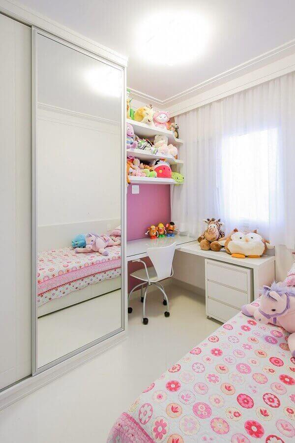 O guarda-roupa infantil com porta de correr auxilia na organização de roupas e sapatos das crianças