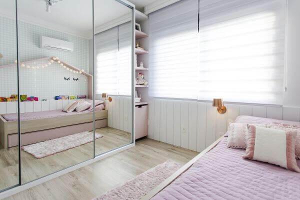 O guarda-roupa infantil com porta de correr e espelho traz a sensação de amplitude no cômodo