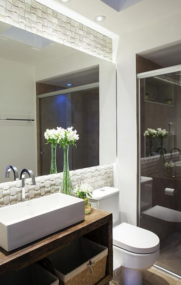 O revestimento 3D para banheiro com iluminação embutida transforma esse espaço
