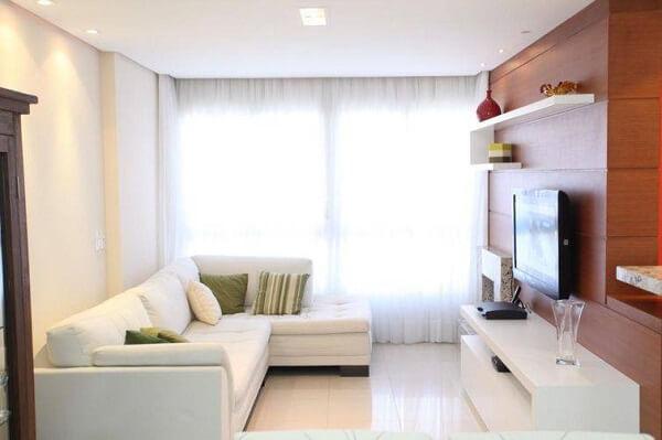 O sofá de canto branco além de otimizar o espaço, sua cor traz a sensação de amplitude no ambiente