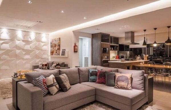 O sofá de canto cinza foi usado nessa projeto para dividir ambientes integrados