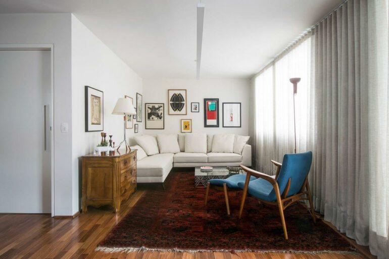 O sofá de canto pequeno se encaixa perfeitamente nesse ambiente
