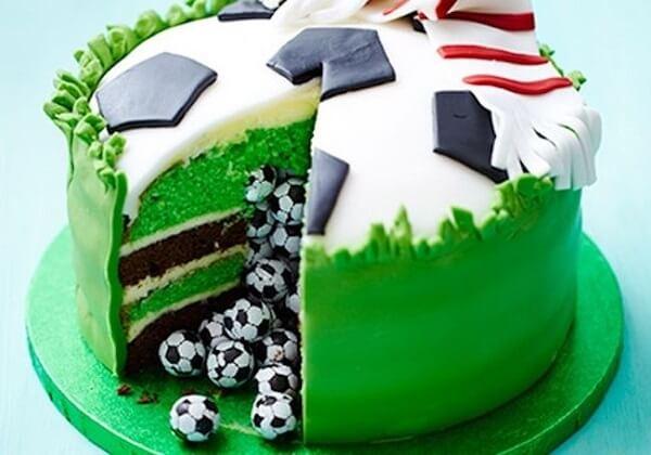 Os bolos personalizados fazem sucesso na festa tema futebol