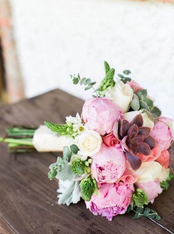 Peônia, rosas e suculentas formam um lindo buquê de noiva