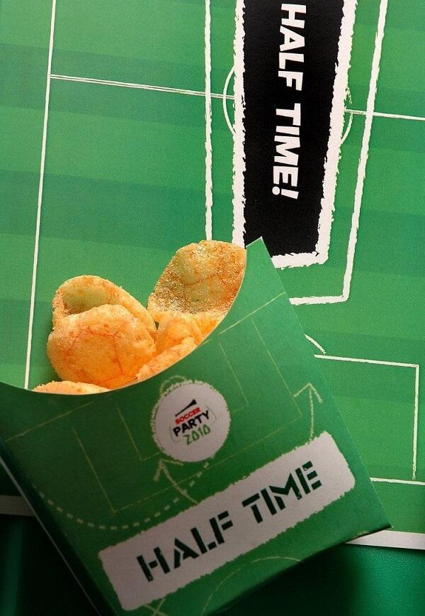 Petiscos individuais para tema de festa futebol