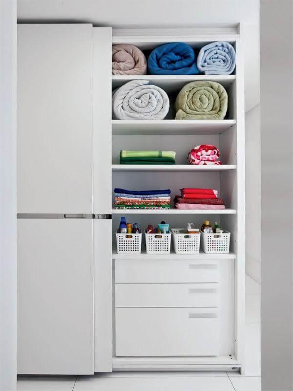 Posicione o antimofo caseiro para guarda roupa no fundo do móvel