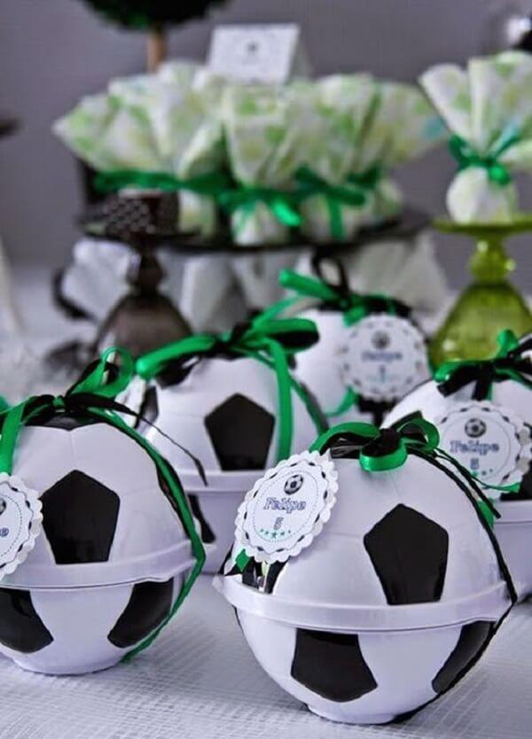 Preencha a bola com chocolate, balas, pirulitos e chicletes e use na festa tema futebol lembrancinhas