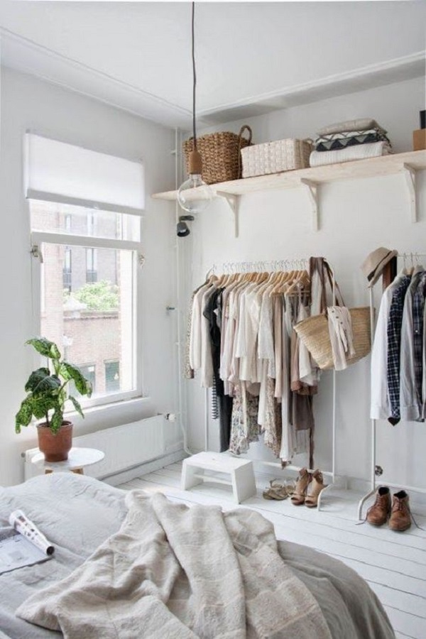 Procure investir em prateleiras acima do closet aberto para guardar itens de uso cotidiano