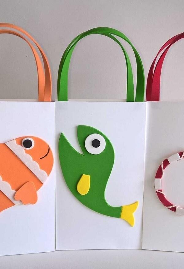 Sacolinhas criativas com detalhes em EVA para distribuir como lembrancinha da festa