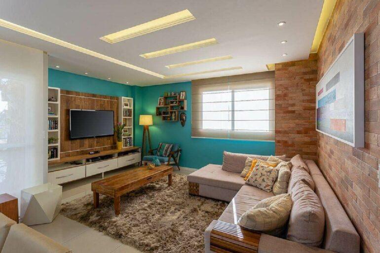 Sala com tapete felpudo e sofá confortável com almofadas Foto Mais Art & Design