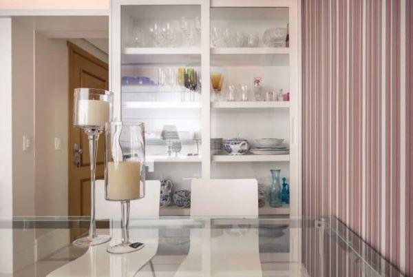 Sala de jantar com cristaleira de vidro moderna