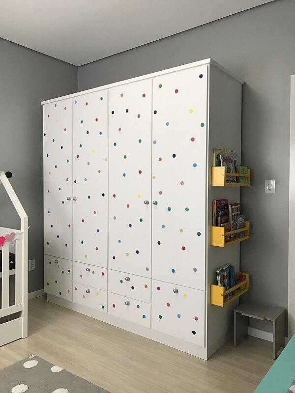 Use adesivos coloridos para dar um acabamento especial no guarda-roupa infantil 4 portas branco